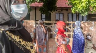 Des électrices portant un masque dans un bureau de vote de Cotonou, lors des élections communales du 17 mai 2020.