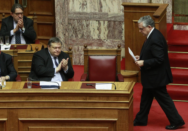 Bộ trưởng Tài chính Hy Lạp Evangelos Venizelos ( trái ) và thủ tướng Lucas Papademos ( phải ) trong cuộc biểu quyết ngày 12/02 ở Quốc hội. 2 février 2012 à l'Assemblée.