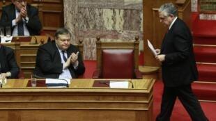 Le ministre des Finances Evangélos Vénizélos (G) et le Premier ministre Lucas Papademos (D) lors du vote du 12 février 2012 à l'Assemblée.
