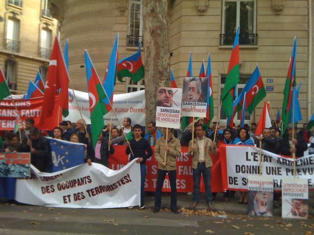 Манифестация азербайджанцев и турок перед посольством Армении в Париже 18/09/012