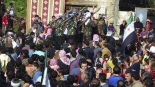 Protesto de opositores e de militares desertores do exército sírio em Hula, cidade próxima de Homs.