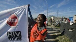 Une manifestante célèbre les dix ans d'action de Médecins sans frontière dans la distribution d'antirétroviraux en Afrique du sud, le 3juin 2011.