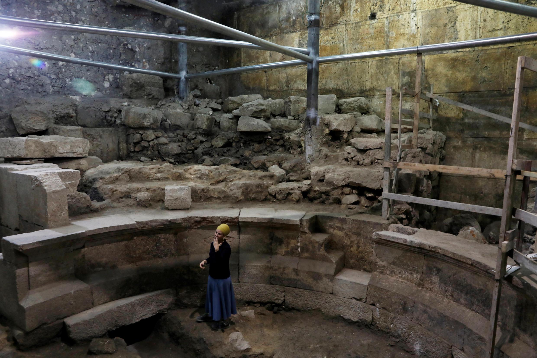 L'archéologue israélienne Tehillah Lieberman dans les ruines romaines découvertes récemment à Jérusalem.