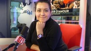 Adriana González en los estudios de RFI