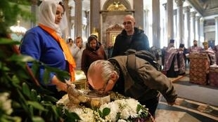 Мужчина целует сосуд с частицей мощей Иоанна Крестителя в условиях пандемии коронавируса, Санкт-Петербург, 15 марта 2020 г.