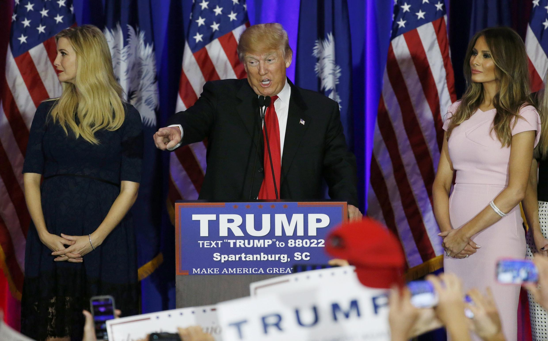 Миллиардер Дональд Трамп с дочерью Иванкой (слева) и женой Меланьей (справа), Южная Каролина, 20 февраля 2016 г.