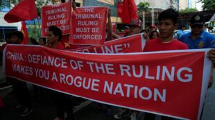 Người biểu tình Việt Nam và Philippines trước lãnh sự quán Trung Quốc ở Makati, Manila đòi Bắc Kinh tôn trọng phán quyết Biển Đông, 06/08/2016.