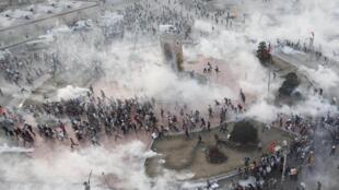土耳其警察用催泪弹驱赶塔克西姆的示威民众 2013 06 11