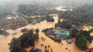 Вид с вертолета на затопленный курортный город Куала-Тахан, Малайзия, 24 декабря 2014