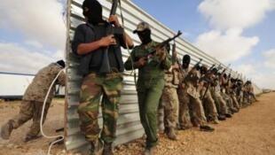 Waasi wakifanya mazoezi ya kivita katika Mji wa Benghazi eneo ambalo ni kambi yao kwa sasa