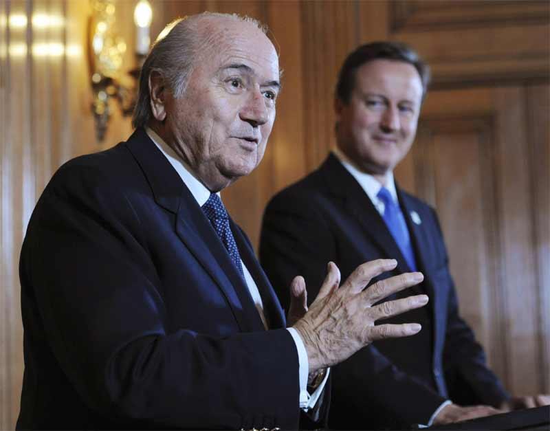Thủ tướng Anh David Cameron (P) and Chủ tịch FIFA Sepp Blatter trong một cuộc họp báo tại Phủ Thủ tướng Anh ở Luân Đôn ngày 13/10/2010.