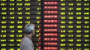 Theo đánh giá của Bloomberg Intelligence, nợ của Trung Quốc tổng cộng lên đến gần 250% GDP.
