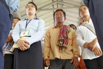 Người dân Cam Bốt xếp hàng theo dõi  phiên tòa chất vấn các cựu lãnh đạo Khmer Đỏ ngày 28/6/11, của Tòa án quốc tế đặc biệt xét xử Khmer Đỏ ở ngoại ô Phnom Penh,