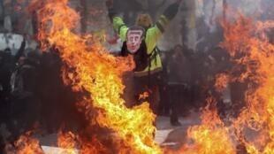 به دنبال خشونتها، حالا احتمال دارد امانوئل مکرون رئیس جمهور فرانسه دستور ممنوعیت تظاهرات در این خیابان معروف پاریس را صادر کند. وی گفته است دولت تصمیمات جدیی را در این رابطه اتخاذ خواهد کرد.