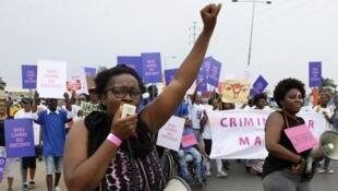 Des Angolaises manifestent contre une loi visant à criminaliser toute forme d'avortement à Luanda le 18 mars 2017.