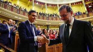 Pedro Sánchez, novo primeiro-ministro espanhol (esquerda), cumprimentado pelo seu antecessor Mariano Rajoy (direita), em Madrid, 1 de Junho de 2018.