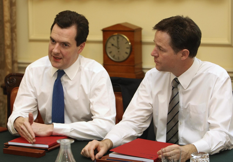 Джордж Осборн и Ник Клегг в ходе совещания, на котором осбуждался кризисный бюджет страны 21 июня 2010 г.
