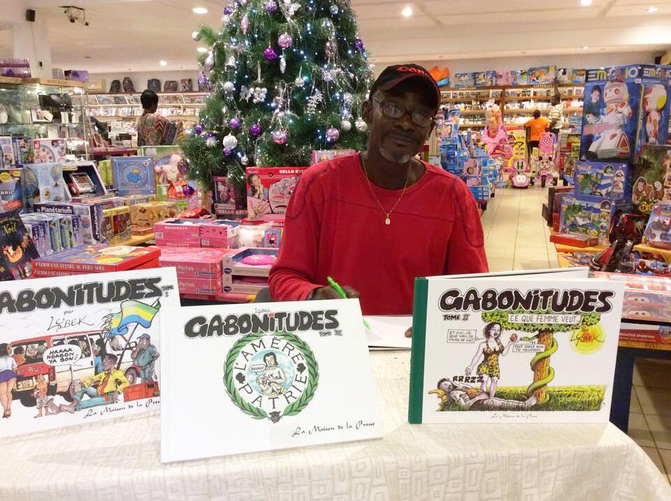 Le caricaturiste gabonais Lybek dédicace ses oeuvres à Libreville.