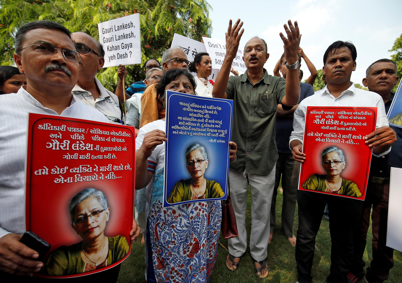 Des journalistes et des défenseurs de la liberté de la presse manifestent après la mort de Gauri Lankesh, à Bangalore, le 6 septembre 2017.
