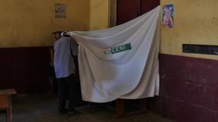 Bureau de vote à Tuléar, dans le Grand Sud du pays. Le 11 décembre prochain, les grands électeurs éliront 12 des 18 nouveaux sénateurs du pays (2 par province). Les 6 autres seront nommés par le président de la République.