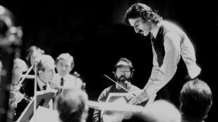 Frank Zappa, chef d'orchestre, sur ses propres compositions, à Londres, le 11 janvier 1983.