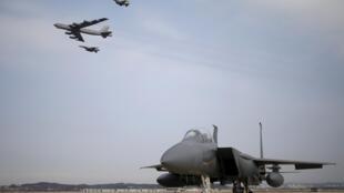 一架B-52戰略轟炸機1月10在兩架戰機護衛下飛越韓國烏山空軍基地上空