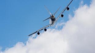 Европейский двухпалубный самолет-гигант А380 в полете