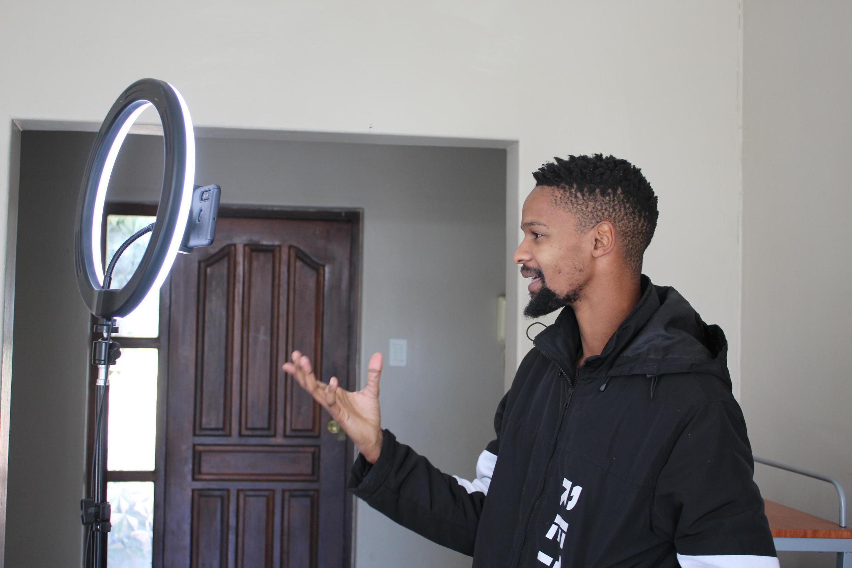 Ayanda Makayi, comédien sud-africain, enregistre un épisode de la série «Lockdown Heights» pour les réseaux sociaux.