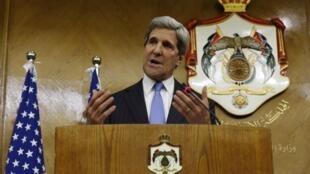 Le secrétaire d'Etat américain John Kerry pendant une conférence de presse organisée à Amman, le 22 mai 2013.