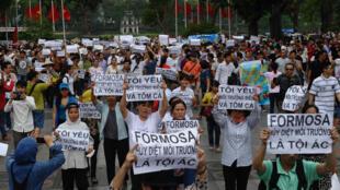 Người dân Việt Nam biểu tình tại Hà Nội ngày 01/05/2016 chống nhà máy Đài Loan Formosa gây ô nhiễm. Ảnh tư liệu.