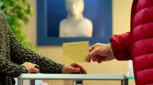 Bỏ phiếu tại Nice, miền nam Pháp, ngày 22/03/2015.