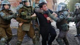 Detención de un manifestante el 23 de noviembre en Santiago de Chile