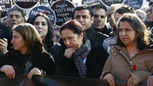 Rakel Dink (c.), la femme du journaliste d'origine arménienne assassiné il y a huit ans, lors de la commémoration de la mort de son mari, à Istanbul, le 19 janvier 2014.