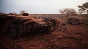 Un réservoir appartenant aux Forces armées du Soudan qui a été détruite lors des combats avec les gens du Sud-Soudan de libération du Soudan, près d'Heglig.