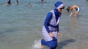 Una mujer con burkini en Marsella, el 27 de agosto de 2016.