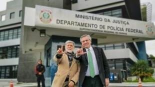 O ex-chanceler Celso Amorim (à esquerda), ao lado do candidato à presidência da Argentina, Alberto Fernández, durante visita a Lula em Curitiba, em 4 de julho de 2019.