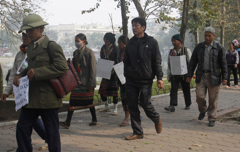 Đất đai là nguyên nhân gây nhiều khiếu kiện ở Việt Nam. Trong ảnh : nông dân biểu tình ở Hà Nội phản đối việc trưng thu đất (REUTERS)