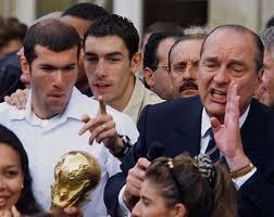 Francia vivió un momento de fervor patriótico en 1998 cuando ganó la Copa Mundial de fútbol (el ex presidente Chirac y Zidane).