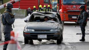 Centenas de prédios tremeram e muitos carros foram danificados no perímetro da explosão do ataque terrorista de um homem-bomba no Afeganistão, em 27 de janeiro de 2018.