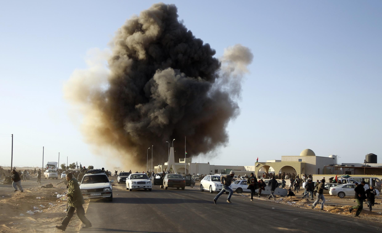 Las fuerzas aéreas de Kadafi castigan las posiciones rebeldes en Ras Lanouf.