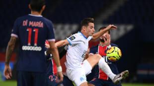 L'attaquant de Marseille, Florian Thauvin (c), buteur lors du match de Ligue 1 face au Paris-SG, au  Parc de Princes, le 13 septembre 2020