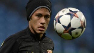 O atacante Neymar durante treino no Etihad Stadium, Manchester. 17 de Fevereiro de 2014.