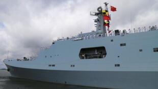 Des soldats de l'armée chinoise saluent d'un bateau partant pour prendre la mer au départ du port militaire de Zhanjiang, dans la province de Guangdong
