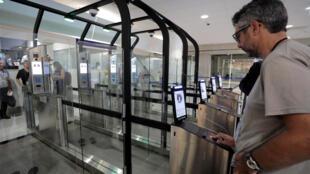 В аэропорте Ниццы заработали 16 пропускных автоматов для распознавания лиц пассажииров.