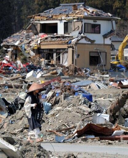 Monge budista caminha pela cidade de Onagawa, devastada pelo  tsunami do dia 11 de março de 2011, no Japão.