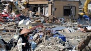 Monge budista caminha pela cidade de Onagawa, devastada pelo  tsunami do dia 11 de março de 2011 no Japão.