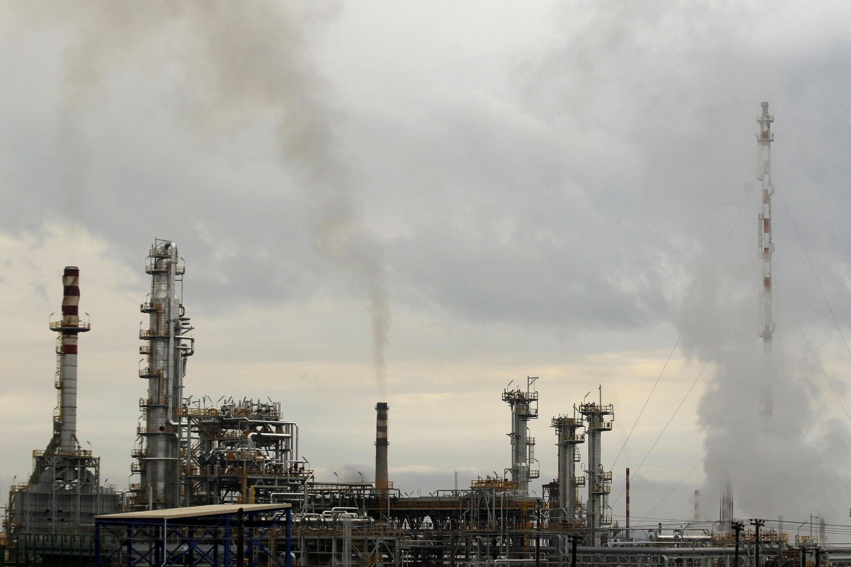 Refinaria de petróleo na Grécia, um dos países atingidos pela decisão do governo do Irã de reduzir suas exportações de petróleo.