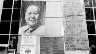 巴黎索尔本大学悬挂的毛泽东的巨幅图像,1968年5月18日。