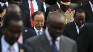 Le secrétaire général des Nations unies, Ban Ki Moon (G), et le président kenyan, Uhuru Kenyatta, assistent ensemble à la première assemblée des Nations unies pour l'environnement, à Nairobi, le 27 juin 2014. Ils ont aussi discuté de sécurité.