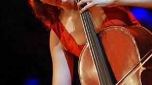 Виолончелистка Офели Гайяр называет чудом возвращение инструмента стоимостью более 1 млн евро